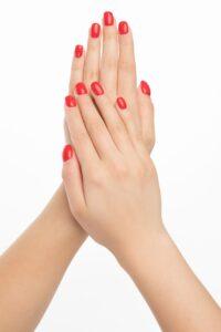 dłonie z pomalowanymi paznokciami