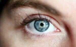 Młodo wyglądająca skóra wokół oczu